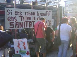 Protesta ciutadana contra les retallades davant de Mútua de Terrassa.