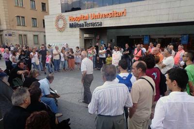 Protesta davant la Mútua de Terrassa