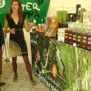 Estel Malgosa, del departament Comercial mostra l'exposició de venda de productes de comerç just, envasat tot a Terrassa. (Foto: PV)