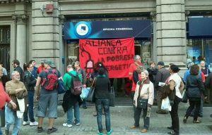 Protesta davant una oficina d'empresa d'energia. (Foto tercersector.cat)