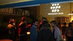 Els convidats de La Descomunal #3 al bar del Coro Vell. Foto: MG