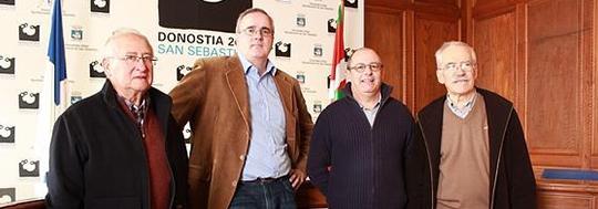 Izaguirre (segon per la dreta) amb membres de Fiare. (Foto: fiarebancaetica.coop)