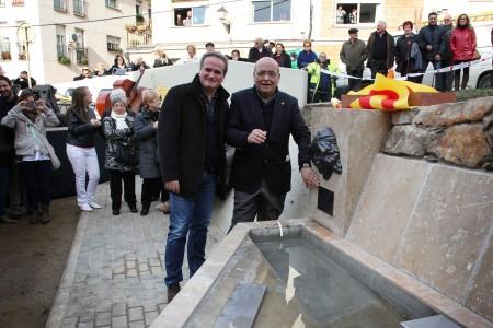Joan Arévalo (amb ulleres), president de la Comunitat Minera, durant la inaguració d'una font pública a Olesa de Montserrat. Foto: CMO