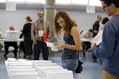 Les enquestes anunciaven una major mobilització de la juventud. Col·legi electoral a Terrassa, 24 de maig. Foto: Marta Balaguer