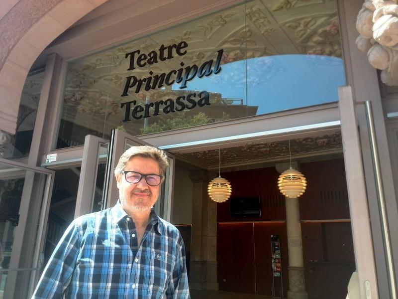 Pep Pla davant del Teatre Principal. Foto: ERG