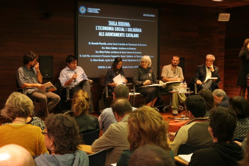 Taula rodona sobre ESS als Ajuntaments Catalans. (des de l'esquerra) Àlvaro Porro, Gerardo Pisarello, Núria Parlon, Dolors Sabater, Albert Boada i Jordi Via. Foto PV