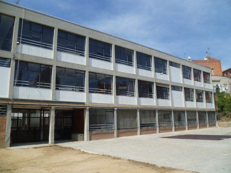 Façana del vell edifici de l'escola Germans Amat, avui Institut Aimerigues