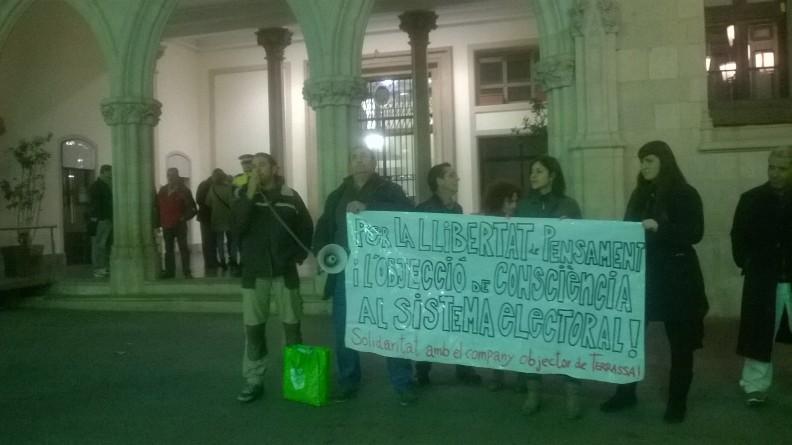 Concentració de suport a l'Àxel davant la porta principal de l'Ajuntament. Foto PV