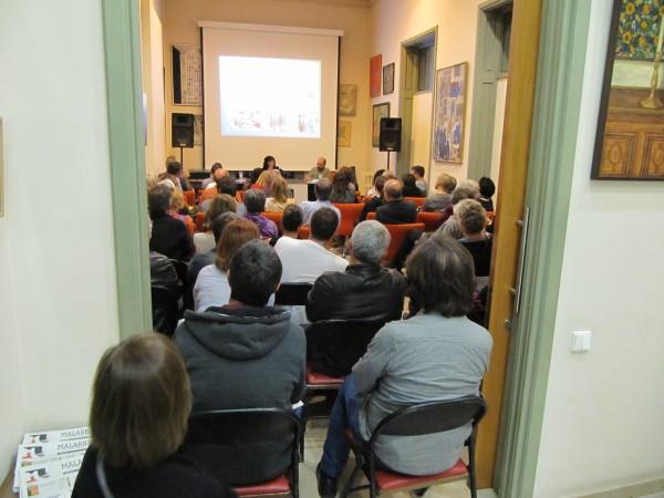 Part del públic assistent va haver d'escoltar la conferència des de fora de la sala. Foto MLRS