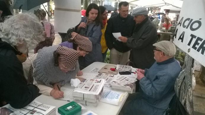 Recollida de signatures per la municipalització del servei d'aigües a Terrassa, durant la darrera Fira Modernista, el passat mes de maig. Foto PV