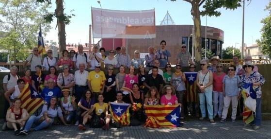 Grup de participants a l'acte de les fonts de Montjuïc espera la sortida del bus. Foto ANC-TxI