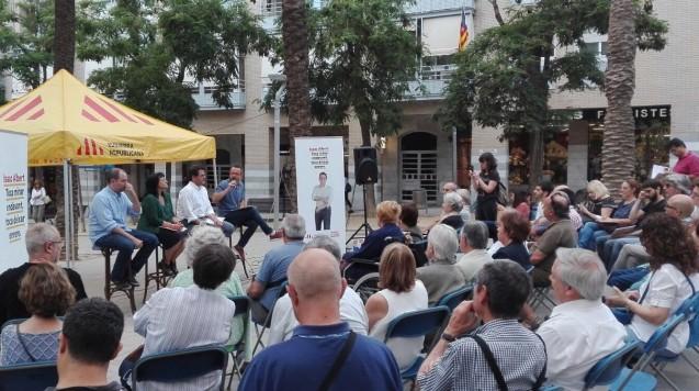 Les regidores ERC-MES durant la presentació de comptes a la plaça Salvador Espriu. Foto ERC