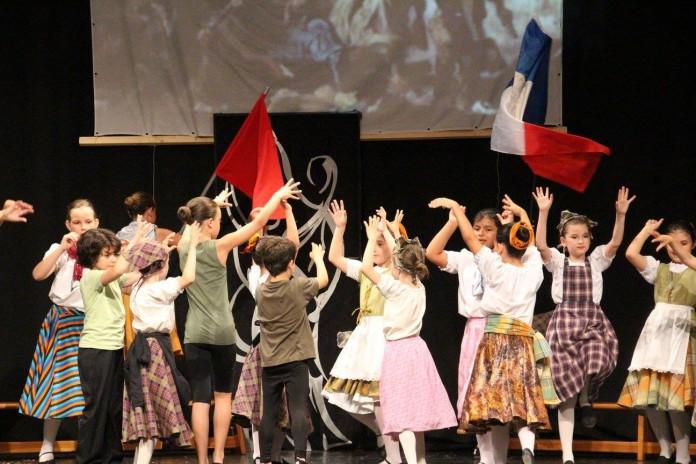 El grup Espardenya Blava representa el quadre de Delacroix 'La llibertat guiant el poble' Foto EDT