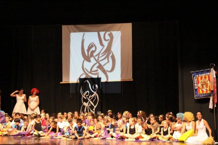 Foto dels grups infantils i jove al final de la representació. Foto EDT