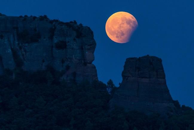 Eclipsi parcial de lluna i Cavall Bernat de Sant Llorenç Foto Francesc Muntada