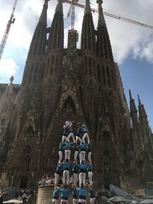 El 7d7 davant l'espectacular façana de la Sagrada Família. Foto CdT