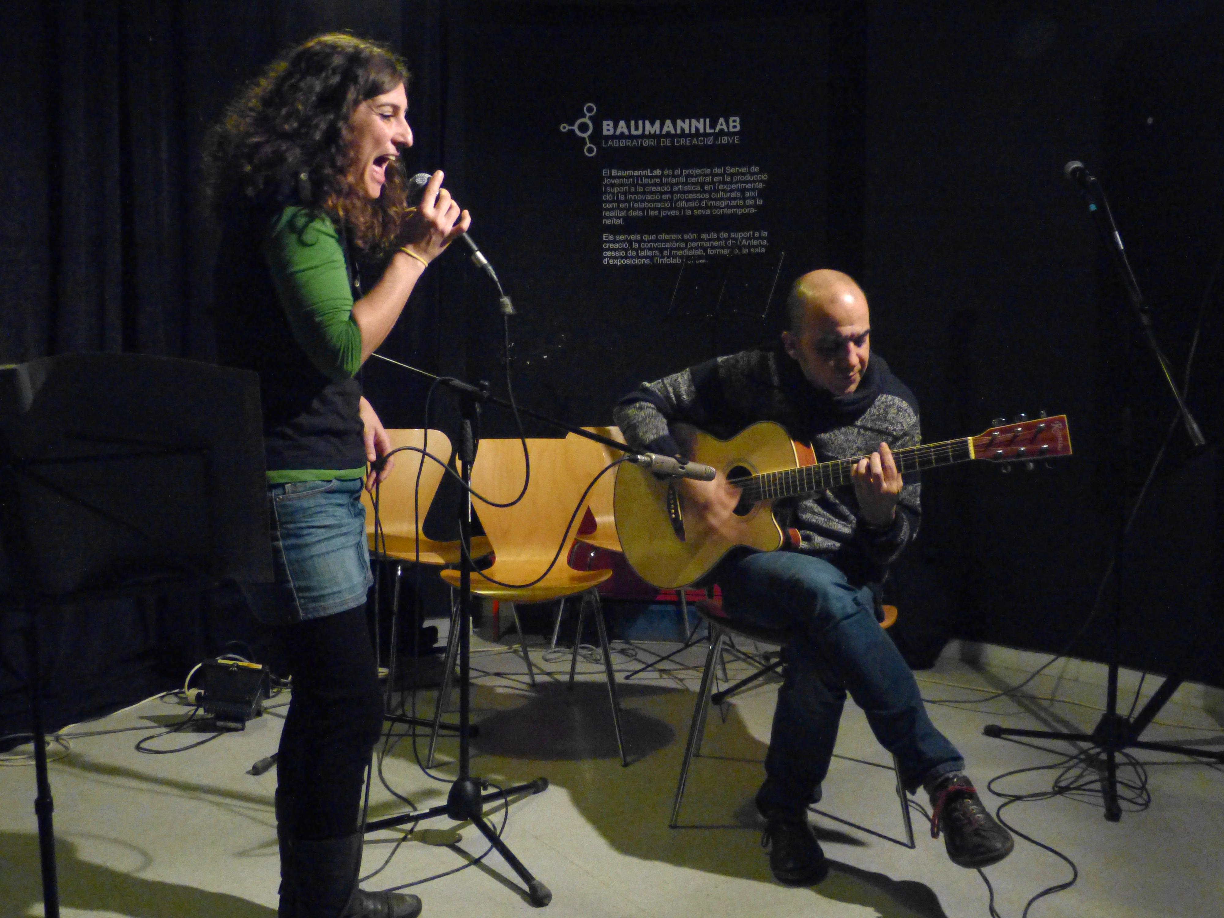 Bucs Baumann Marta Riba (professora de cant) i el David Garcia (guitarra acústica)