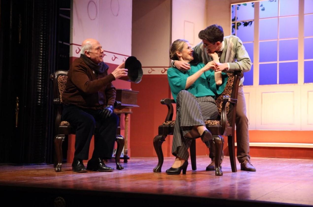 """Escena de """"Barcelona"""": l'avi (Jordi Costa), l'Elena (Dolors Lopez) i en Tinet (Jordi Piera). Foto Grup de teatre El Centre"""