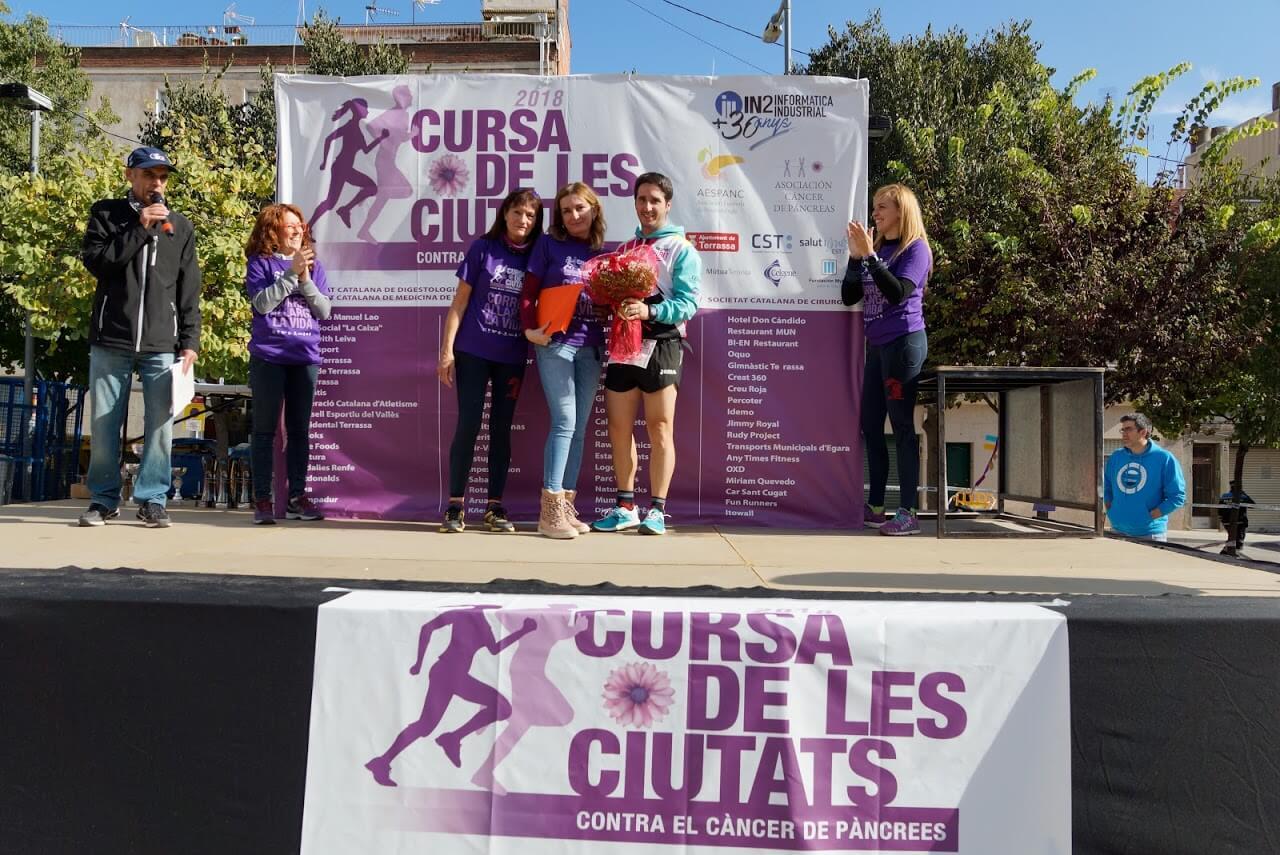 Amigues i Amics agraint a la Chelo Fernández tot l'esforç fet per la Cursa de les Ciutats contra el càncer de pàncrees
