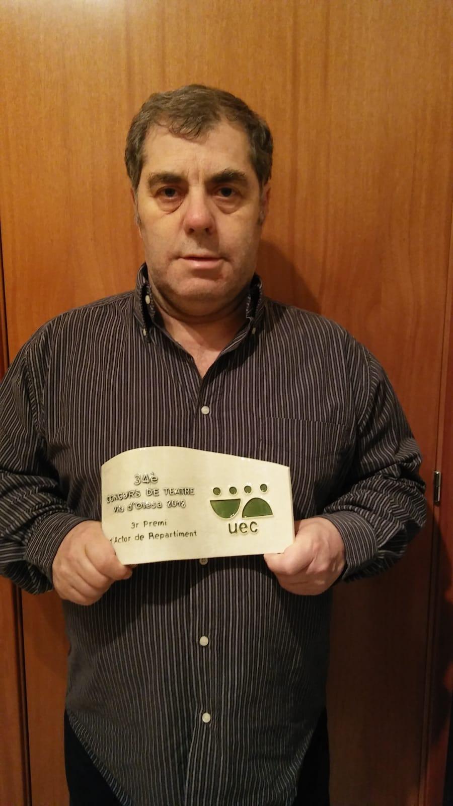 Carles Gutés, president de Punt i Seguit, amb el premi rebut a Olesa Foto de Marina Segarra