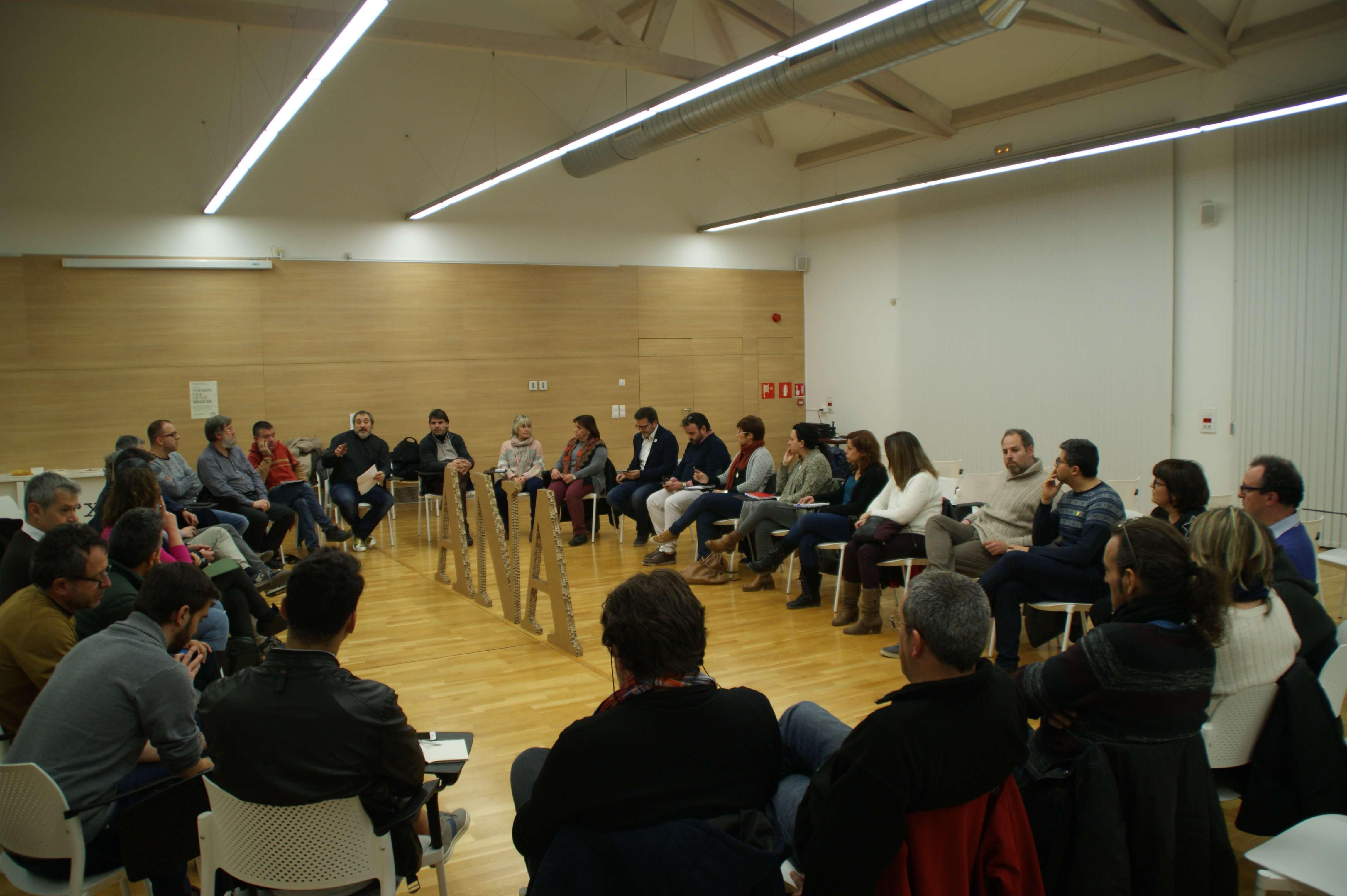 Joan Rueda iniciant el debat tertúlia al barri del Segle XX dins la campanya 33 barris una ciutat que organitza ANA