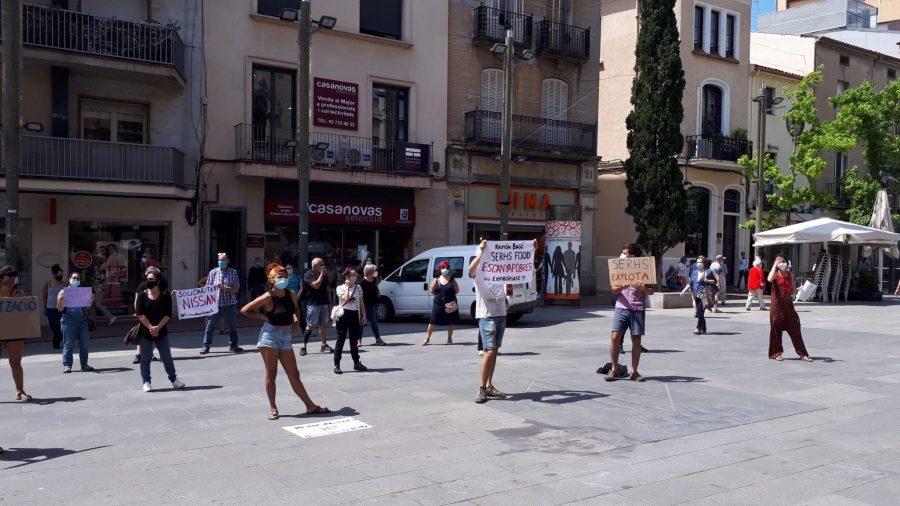 Treballadores dels menjadors escolars exigeixen el pagament de les prestacions per l'ERTO i la municipalització del servei, davant l'Ajuntament de Terrassa